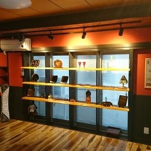 垂水区の福祉施設。既存の窓を、製作された作品の展示用の棚にしました。