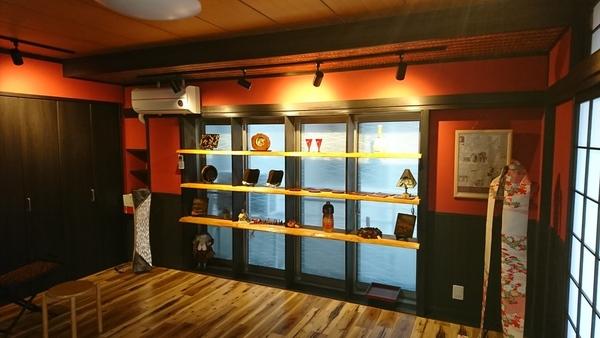 垂水区の福祉施設。既存の窓を、製作された作品の展示用の棚にしました。のサムネイル